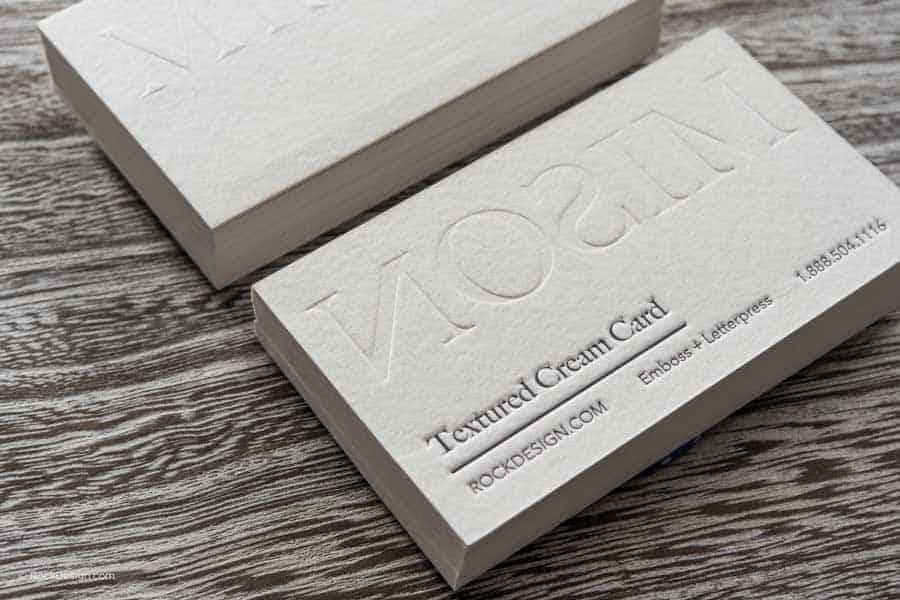 利用凹凸的模版,在紙張表面加壓,產生浮雕立體效果